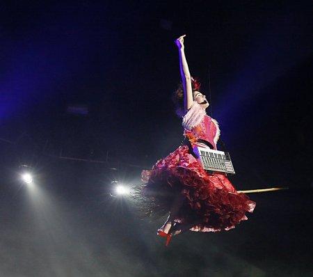 imogen-heap-flying-on-stage